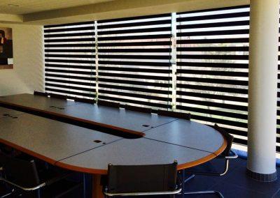 stores ombre et lumière en salle de réunion toulon position ouverte